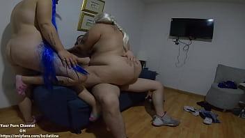 Секс умной блондиночки и молодого помощника на полу и на диване