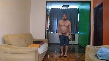 Мужчина имеет свесившуюся с диванчика брюнетку со спущенными стрингами