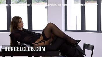 Негр уговаривает деваху с пирсингом в пупке на секс