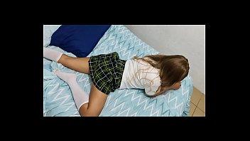 Студентка в синей футболке онанирует жопа и пизду двумя дилдо