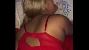 Мужик лезет с полной мамкой в душ и делает ей вагинальный фистинг