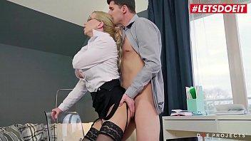 Две бисексуалки подставляют вульвы для траха втроем