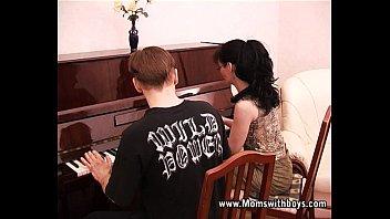 Тонкий юноша от трахал в вагину русскую мамулю с крохотными волосами