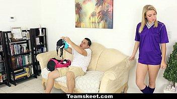Девушка отказывается от своей скромности и дрюкается с продюсером