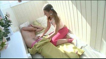 Засаживает своей подружке по домашнему в вульву