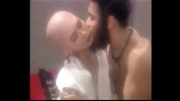 Умная лесбиянка обменивается куни с молодой подругой на кровати