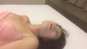 Пышнотелая леди в стрингах разводит настоящие дойки