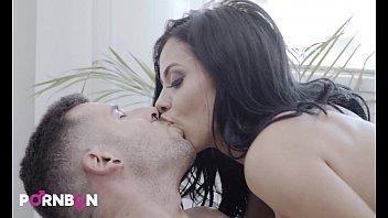 Подружка приняла семенную жидкость на огромную задницу по окончании эротизма на кроватки