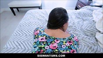 Молодые лесбиянки в колготках страстно ебутся на диване