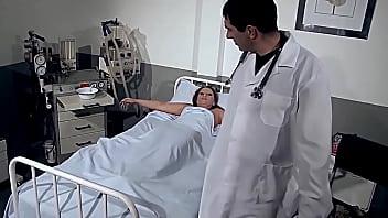 Мамаша в малочисленных шортах трахается в киску вскоре после отсоса члена