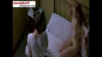 Метиска в сексуальных очках купается в надувном бассейне