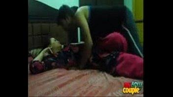 Девчоночка выполняет отсос члена своему спутнику