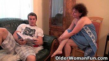 Русская телка радует развратного молодого человека анилингусом и минетом